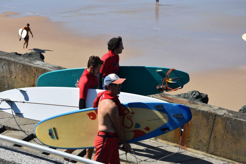 Mise à l'eau surf contre la faim